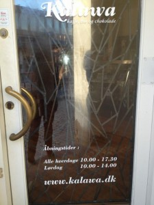 Navn og åbningstider på butiksdør
